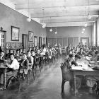 Speelzaal van het St. Louis. Pensionaires en toezichthouder broeder Radboud 1935-1937