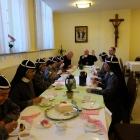 zusters aan de taart met de bisschop