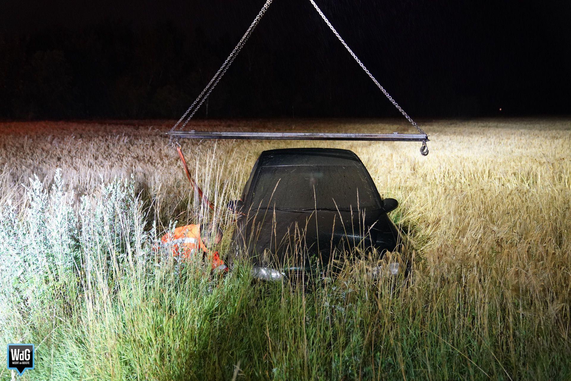 Auto-in-graanveld-0007