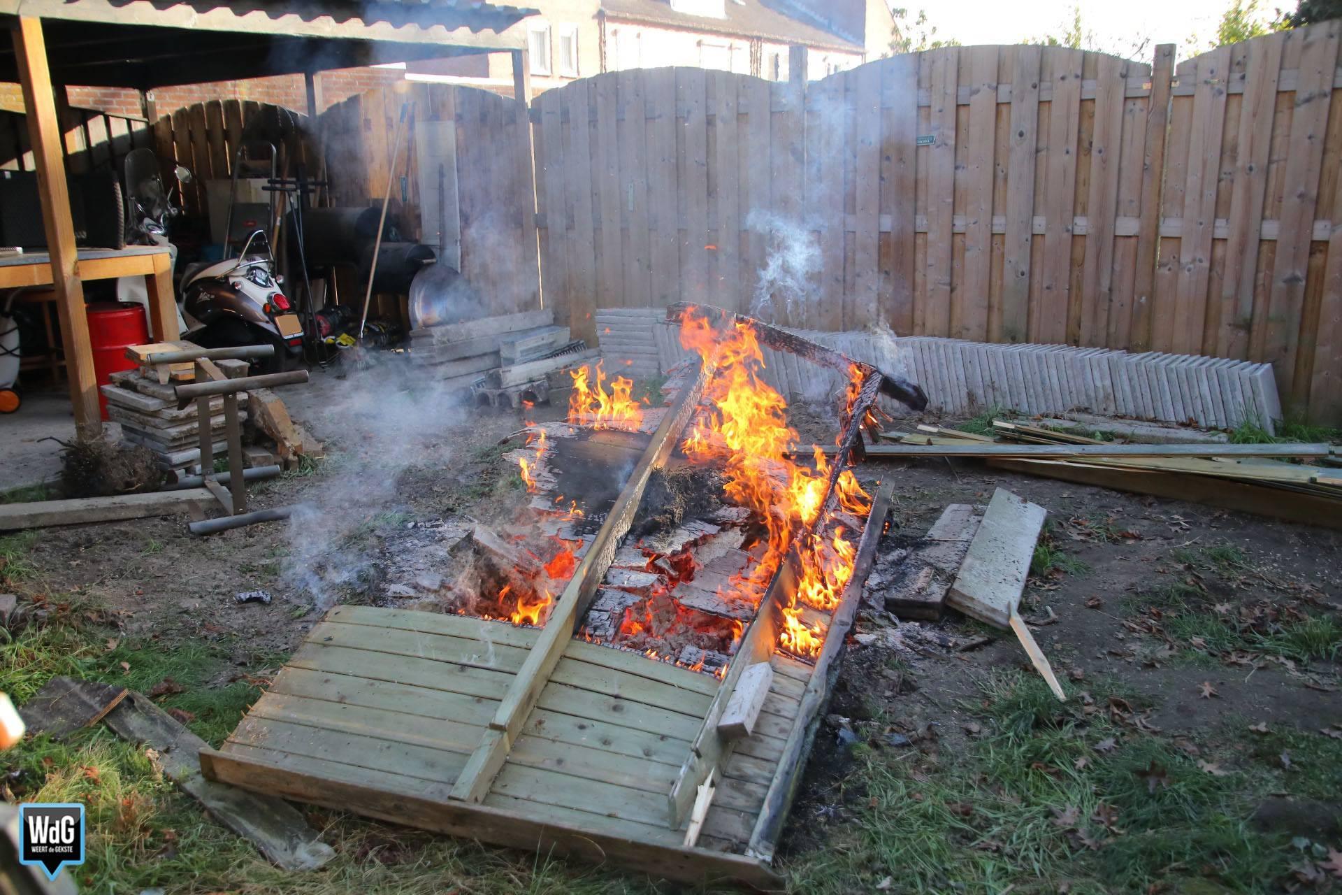 Veel rook door stookvuur in tuin