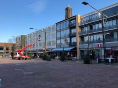 Sfeerverlichting wordt opgehangen op de Nieuwe Markt