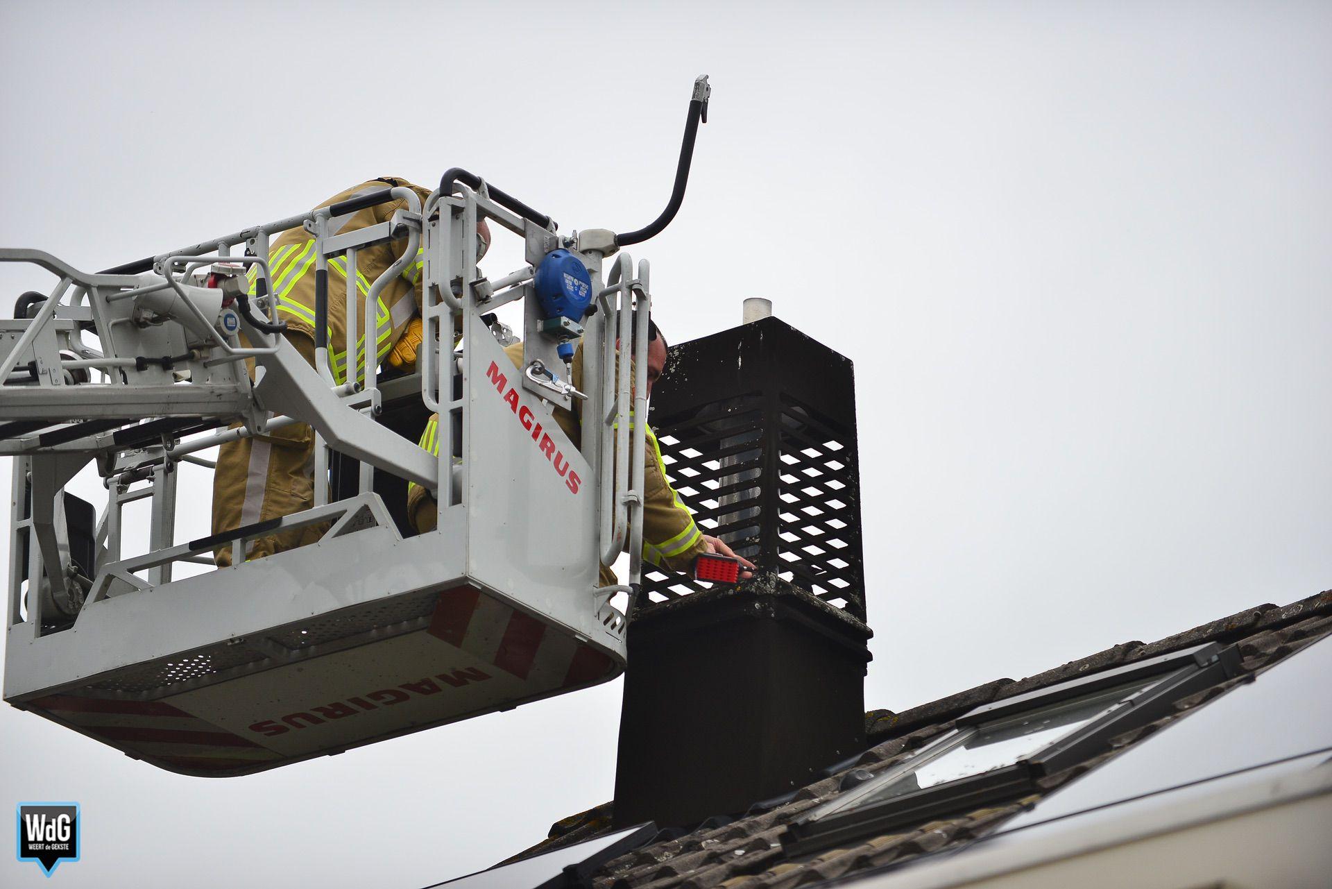 Vogel in Stramproy zit vast in kooiconstructie schoorsteen