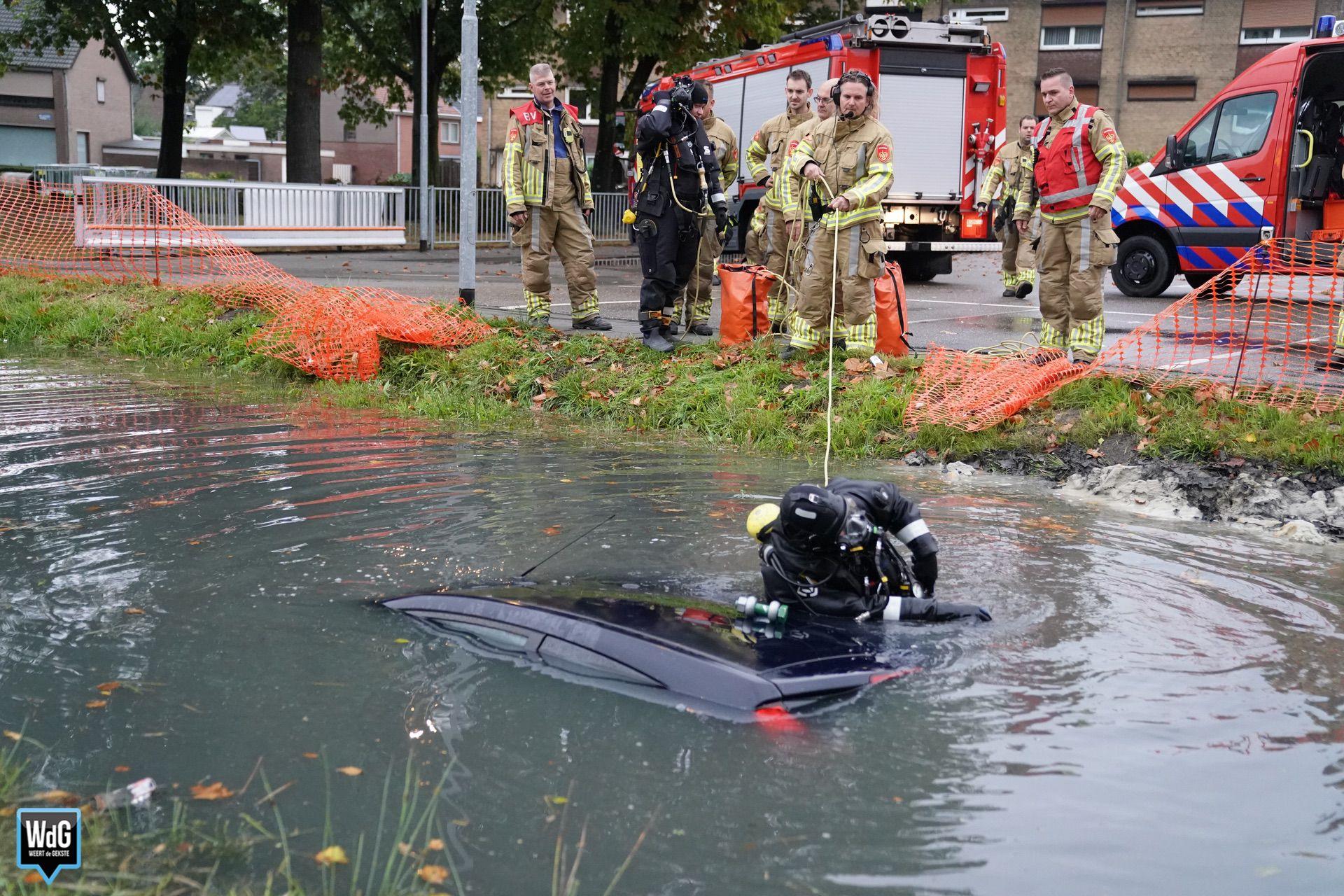 Auto te water bij parkeerplaats Lidl